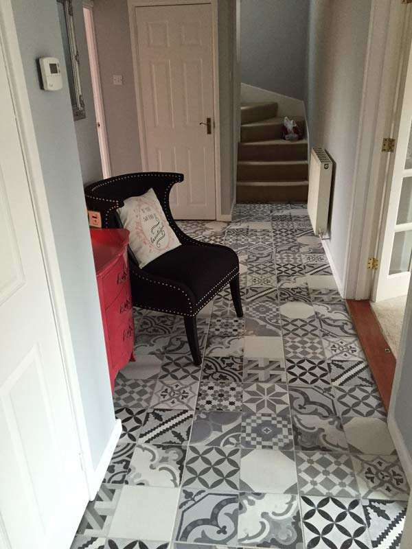 Make an entrance decorating ideas for the hallway walls for Tiled hallway floor ideas
