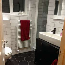 feature-monochrome-bathroom
